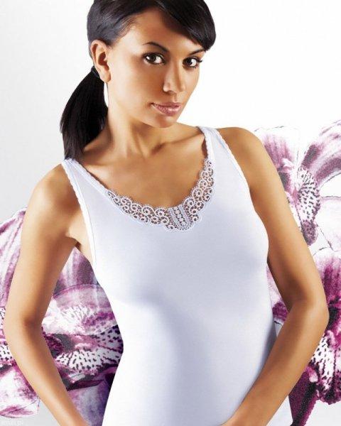 Emili Ailin plus biała koszulka